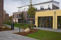 Blick auf die Außenanlage und die Häuser B und C